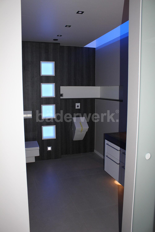 Kunden WC-Anlage bäderwerk mit Lichtkonzept, Ausbau mit Schichtstoffplatten
