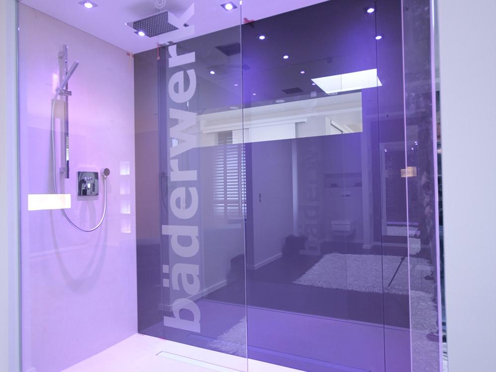 Duschanlage mit Glasrückwand und RGB-Lichttechnik